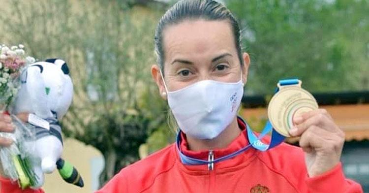 Fátima Gálvez posa con una de las medallas ganada en estos días en Italia. Foto: RFEDETO