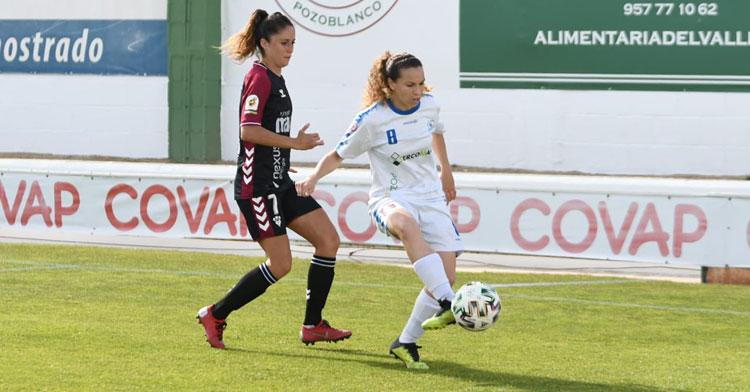 Felicite Hamidouche golpea el balón durante el encuentro.