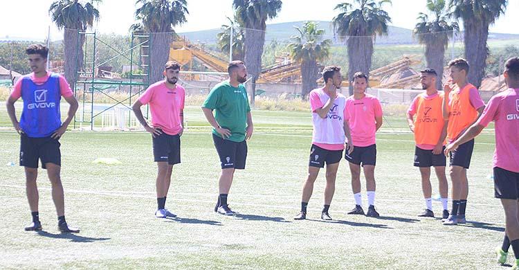 Varios jugadores del filial, que sigue entrenando en la Ciudad Deportivo junto al primer equipo.