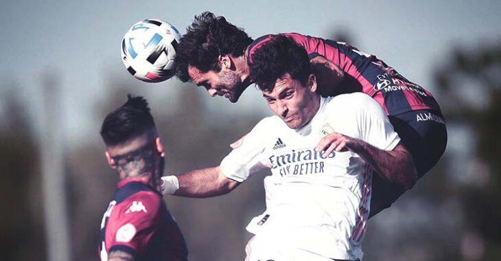 Fran Cruz adelantándose a un jugador del Real Madrid Castilla en la segunda fase de la competición.