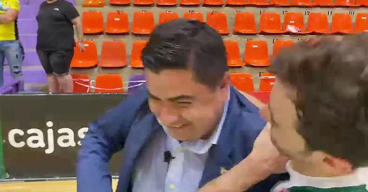 José García Román estrujado por Pablo del Moral mientras hablaba en zona mixta