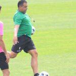 Germán Crespo tras golpear el balón bajo la mirada de Bernardo Cruz.