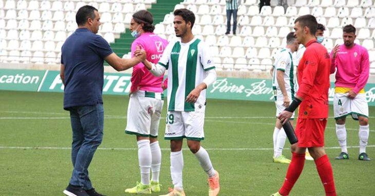 Germán Crespo consolando a sus jugadores al final del partido.