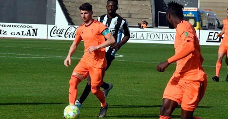 Javi Flores conduce la pelota en el Balompédica Linense 0-1 Córdoba de la temporada 2019/20.