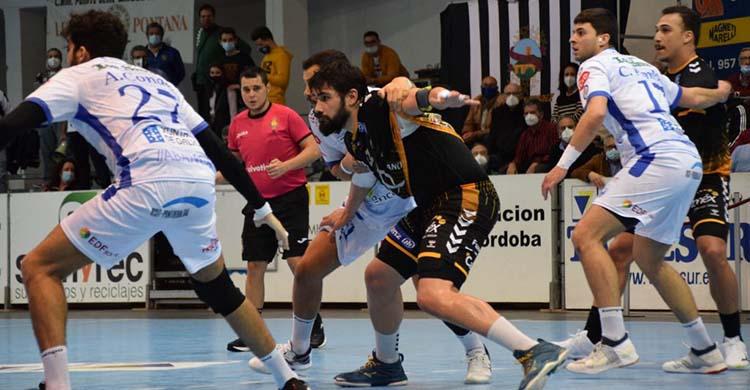 Javi García fajándose entre dos jugadores del Cisne en el partido de la primera vuelta.