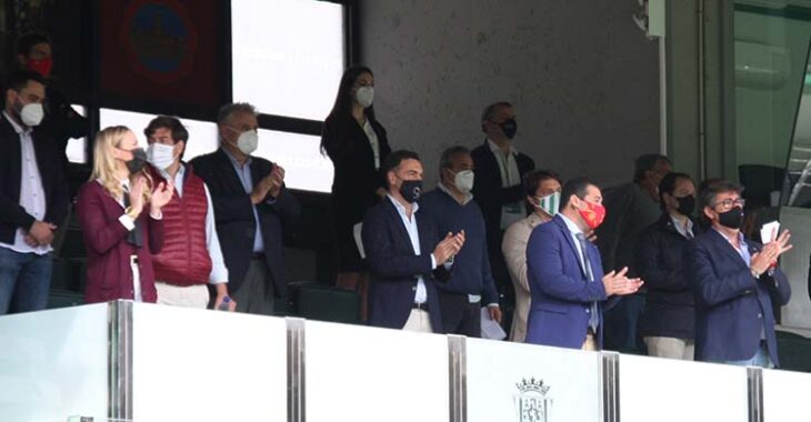 Los consejeros del Córdoba CF aplaudiendo al equipo antes del inicio de su último partido ante el Cádiz B. Los consejeros del Córdoba CF aplaudiendo al equipo antes del inicio de su último partido ante el Cádiz B.