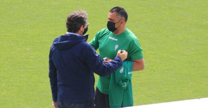 Javier González Calvo cambiando impresiones con Germán Crespo a la conclusión del entrenamiento.
