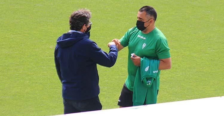 Javier González Calvo y Germán Crespo saludándose al final del primer entrenamiento tras el descenso.Javier González Calvo y Germán Crespo saludándose al final del primer entrenamiento tras el descenso.