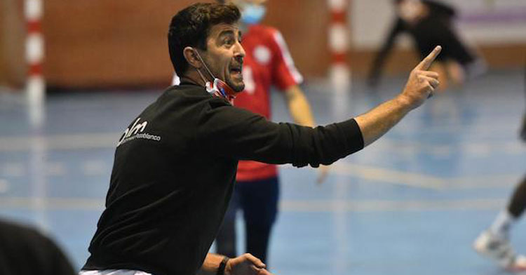 Javier Martínez dando indicaciones desde el banquillo. Foto: Rafa Sánchez / Hoyaldia.com