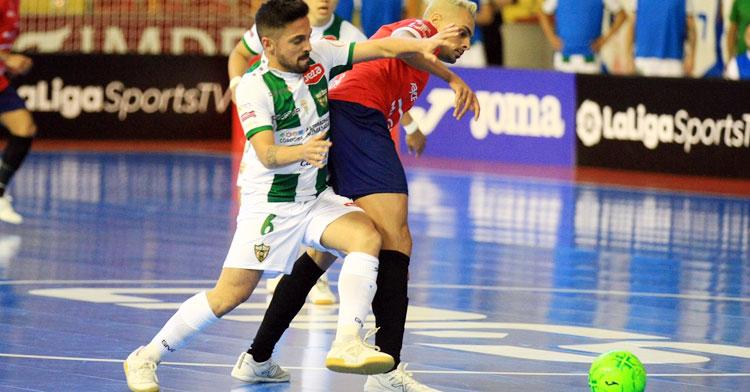 Jesulito porfiando con Mancuso en el encuentro del pasado sábado. Foto: Córdoba Futsal