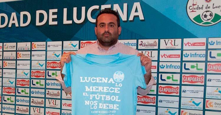 Jorge Torres con la camiseta conmemorativa que el club ha puesto a la venta con motivo del play-off de ascenso a Segunda RFEF. Foto: Ciudad de Lucena.