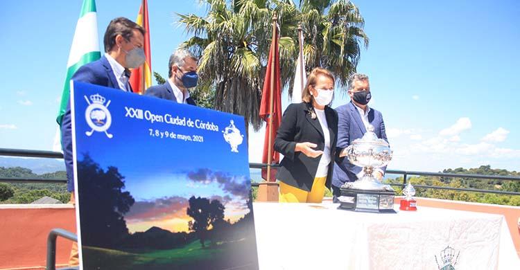 La presidenta del Real Club de Campo de Córdoba, María del Mar Romero, presentando la XXXIII edición de la Copa Albolafia acompañada por Miguel Ángel Torrico, Manuel Torrejimeno y Juande Benítez.