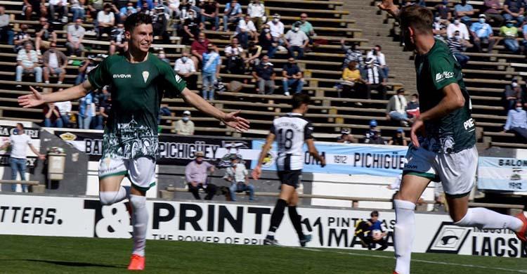 Luismi celebrando su gol al Linense. Foto: CCF