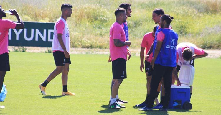 Mario Ortiz departiendo con Xavi Molina durante la última semana de entrenamientos.