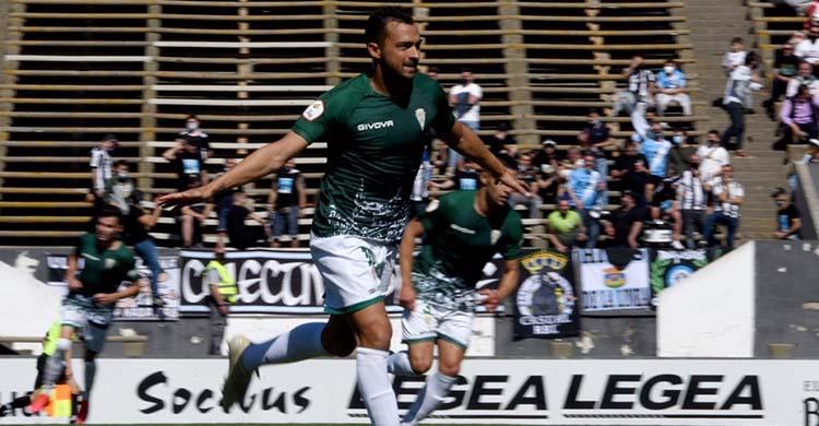 Miguel de las Cuevas celebrando su precioso segundo gol ante el Linense.