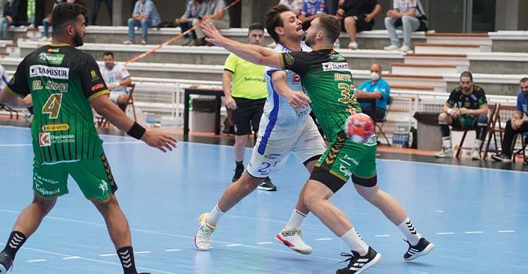Mitic intenta frenar el avance de un jugador del Cisne gallego.Mitic intenta frenar el avance de un jugador del Cisne gallego.