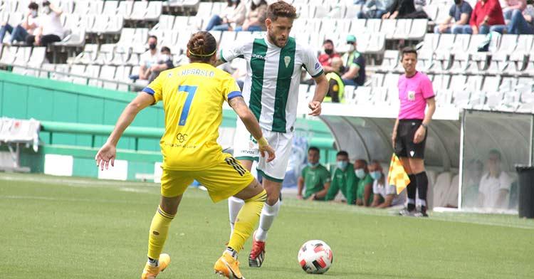 Nahuel Arroyo encarando a un jugador del Cádiz B en el que será su último partido con el Córdoba CF.