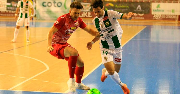 Pablo del Moral disputando un balón con un jugador de ElPozo Murcia. Foto: Córdoba Patrimonio.
