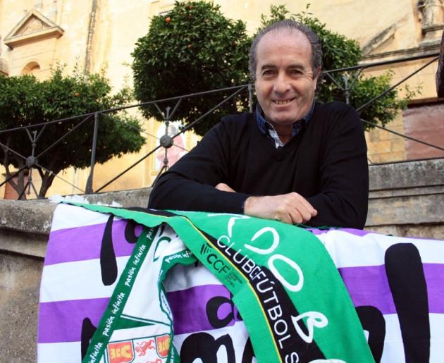 Pepin posando con una bandera del Valladolid y la bufanda del Córdoba en la plaza del Alpargate.