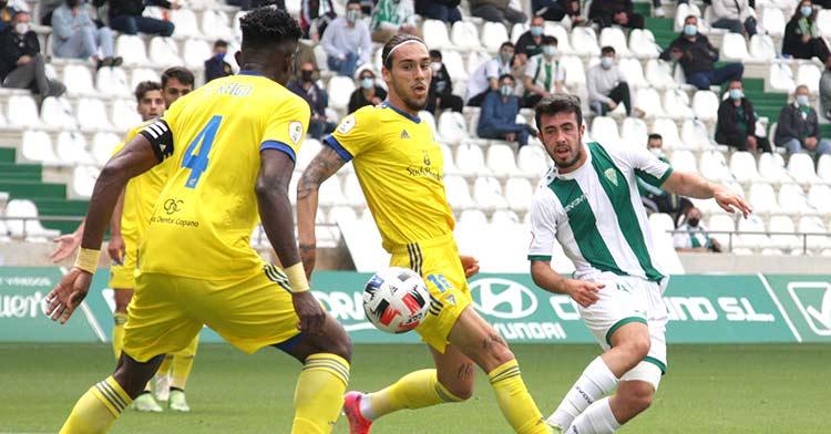 Carlos Puga disputando un balón en el último partido de la temporada ante el Cádiz B.