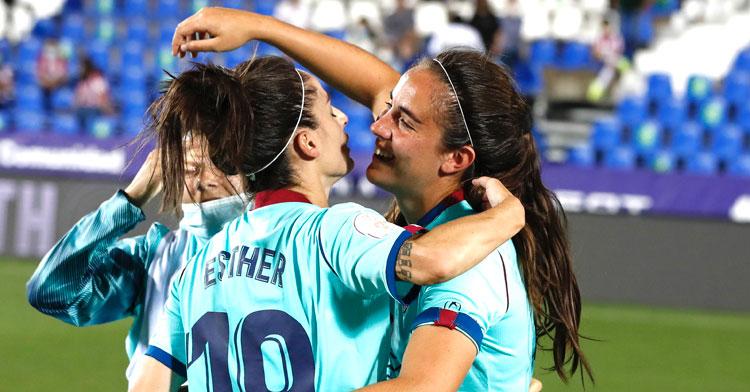 Rocío Gálvez recibiendo la felicitación de sus compañeras. Foto: RFEF
