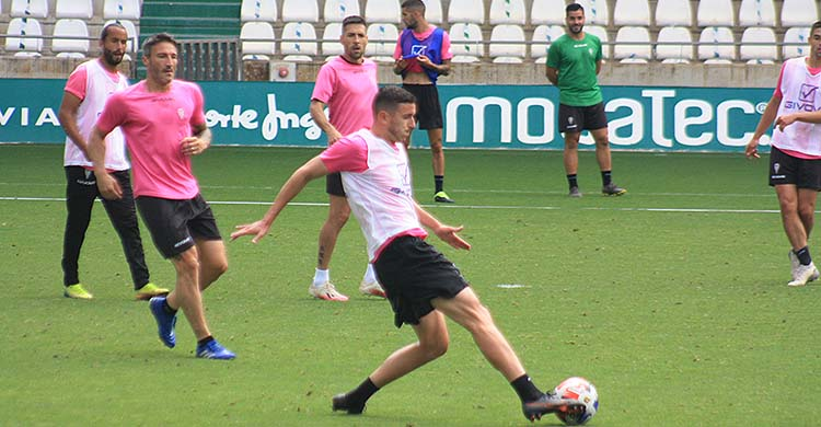Ródenas controlando el balón en El Arcángel en el primer entrenamiento de Germán Crespo, con el que no entró en ninguna de sus tres convocatorias.