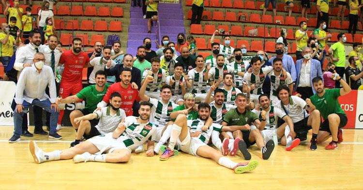 La felicidad de los jugadores y técnicos blanquiverdes en Jaén. Foto: Córdoba Futsal