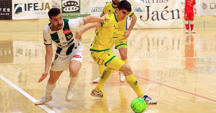 Alberto Saura peleando por el balón con un jugador del Jaén Paraíso Interior. Foto: Córdoba Futsal