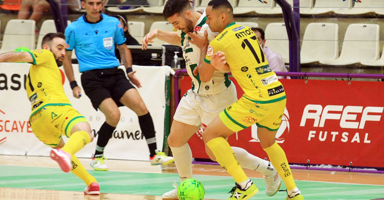 Saura porfiando con dos jugadores amarillos. Foto: Córdoba Futsal