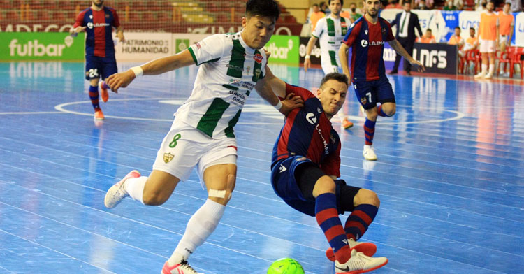Shimizu buscando el gol ante el Levante. Foto: Córdoba Futsal