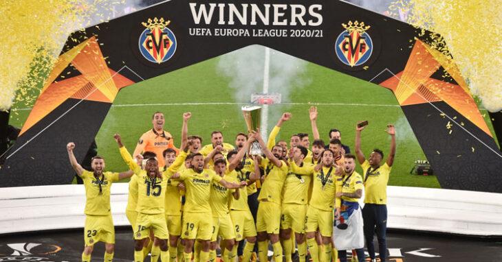 Pedraza y sus compañeros celebran el título logrado ante el Manchester United. Foto: Villarreal CF
