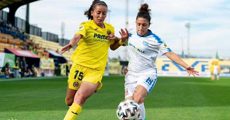 Sara peleando con una jugadora amarilla. Foto: Villarreal CF