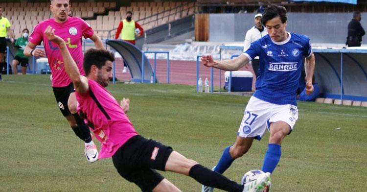 La zaga lucentina empleándose a fondo ante su rival. Foto: Xerez Deportivo FC