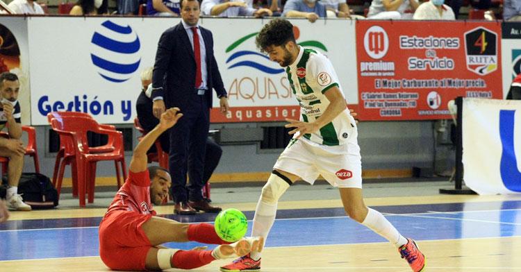 Zequi tratando de burlar a un rival de ElPozo. Foto: Córdoba Futsal
