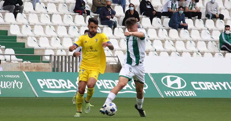 El último partido de Alberto del Moral con el Córdoba ante el Cádiz B, cuyo amarillo lucirá el próximo curso en el filial del Villarreal.