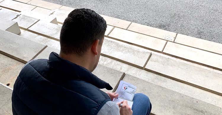 Dani Marín en la grada de un estadio del norte de España haciendo el informe de un partido, su imagen fijada en Twiter.