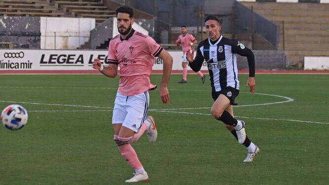 Fernando Román busca el balón en el partido ante la Balona.Fernando Román busca el balón en el partido ante la Balona.