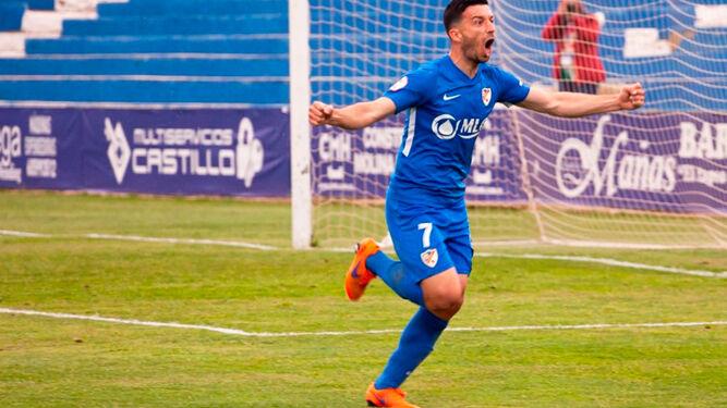 Hugo Díaz celebrando uno de sus nueve goles de la pasada temporada con el Linares.