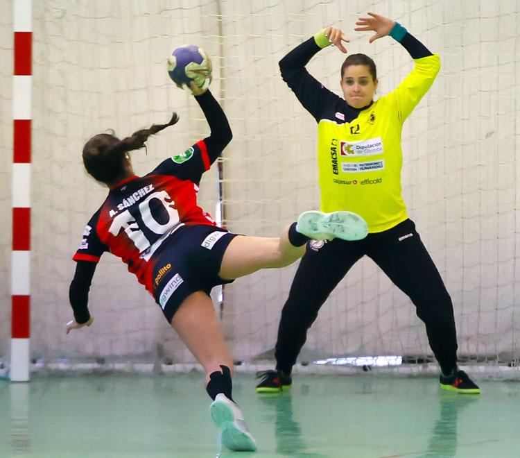 Alba Sánchez ejecutando un siete metros ante la portera de Adesal Amanda Valero. Foto: Fran Pérez / Balonmano Adesal
