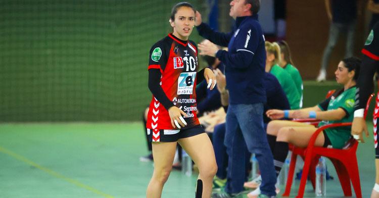Alba Sánchez con semblante serio en el partido del Zuazo en La Fuensanta. Foto: Fran Pérez / Balonmano Adesal