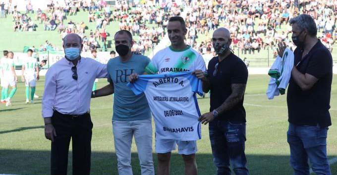 Alberto Aguilar homenajeado por el Málaga en su retirada con el Antequera antes de conseguir el ascenso a Segunda RFEF.