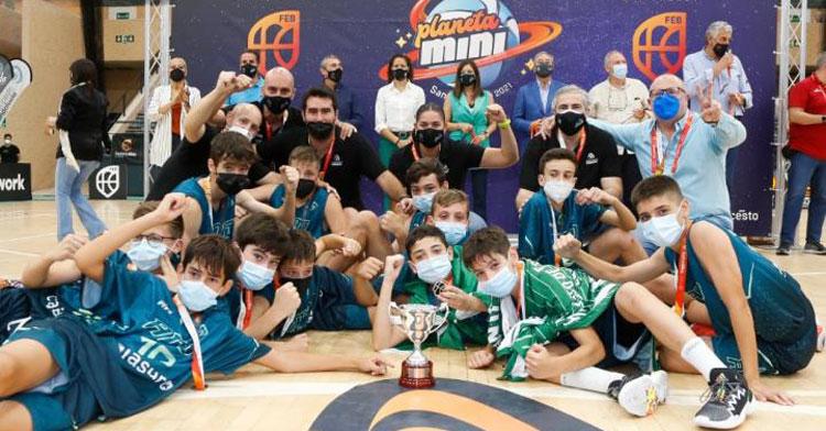 Los chicos de Paco Zafra posando con sus trofeos tras la final. Foto: FAB