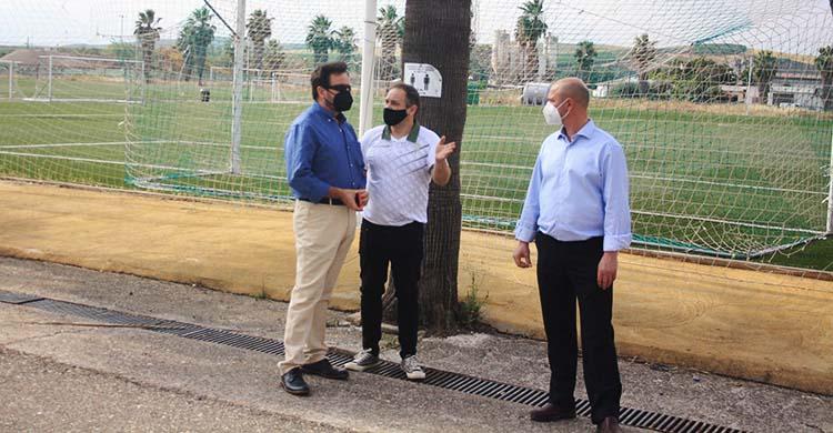 El director general de Tremón, Andrés Gilabert, junto a un empleado del Córdoba CF el día del lanzamiento de la Ciudad Deportiva.