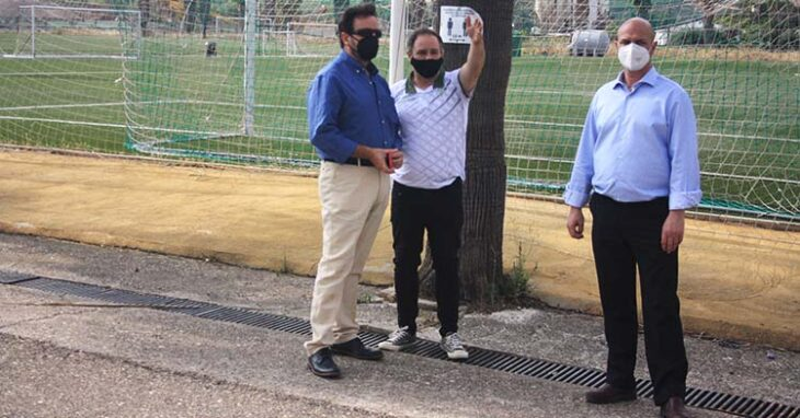El director general de Tremón, Andrés Gilabert, acompañado por uno de los responsables de mantenimiento del Córdoba CF el día del lanzamiento.