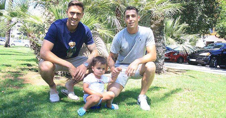 Antonio Raíllo junto a su hermano Manolo, delantero del Alcoyano, y su hijo Thiago, el futuro de la saga.