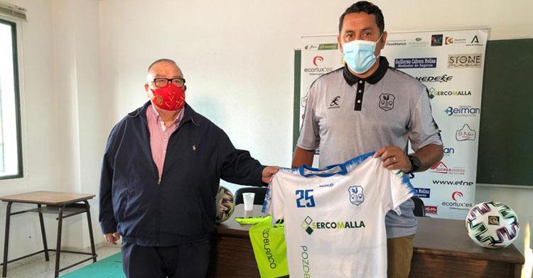 Ariel Montenegro junto al vicepresidente del club, Agustín Lozano. Foto: Hoy al día