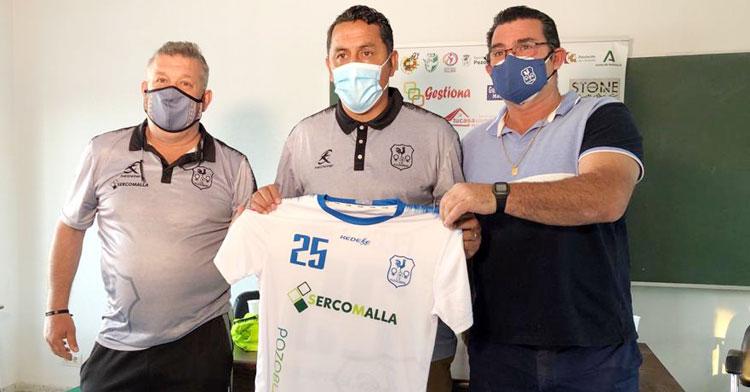 Ariel Montenegro posando con varios directivos del club. Foto: Hoy al día