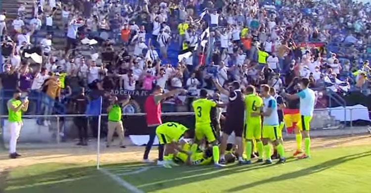 Los jugadores del Ceuta celebrando el gol del ascenso con su hinchada. Imagen: RTVCE