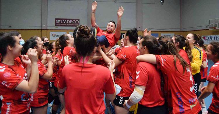 Mario Ortiz vuela por los aires manteado por su equipo. Foto: Laclasi.es