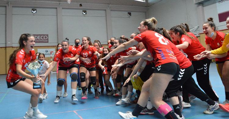 La celebración de las jugadoras granates con la copa de campeón. Foto: CBM